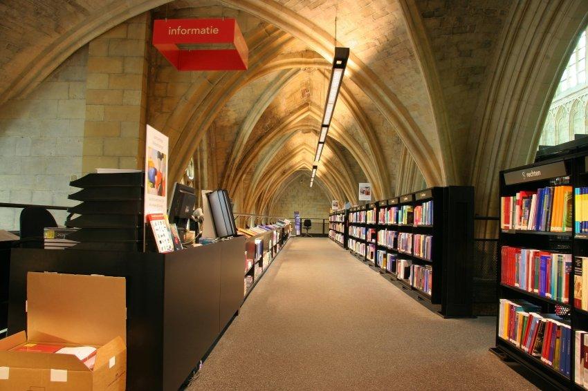 Благодаря верхним книжным галереям, вы можете попасть под самый купол Церкви