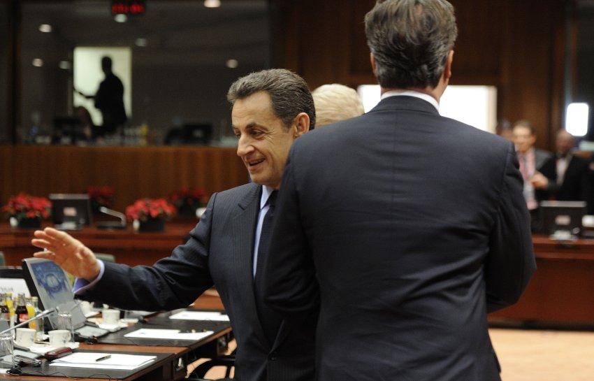 В результате Кэмерон проходит мимо, беря Саркози за локоть