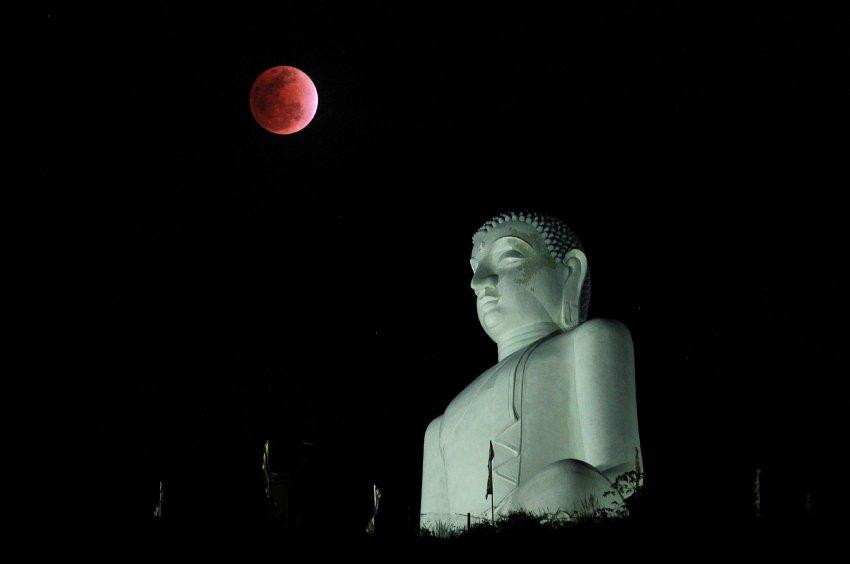 Статуя Будды в Шри-Ланке прекрасно добавляет красную Луну