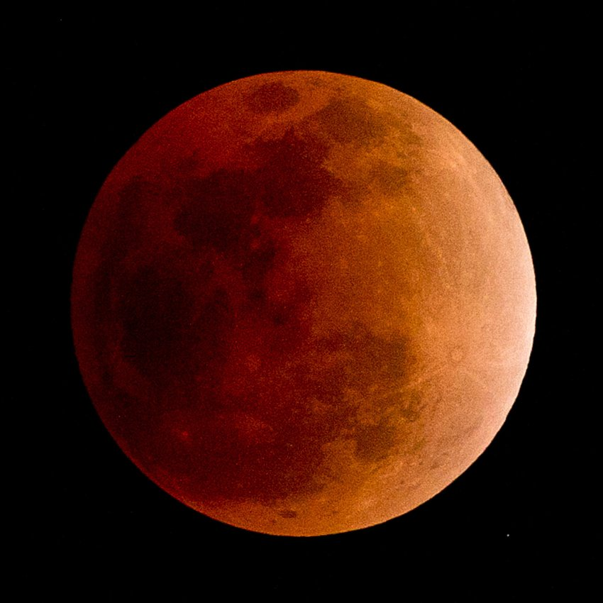 Красная часть спектра окрасила Луну в алый цвет