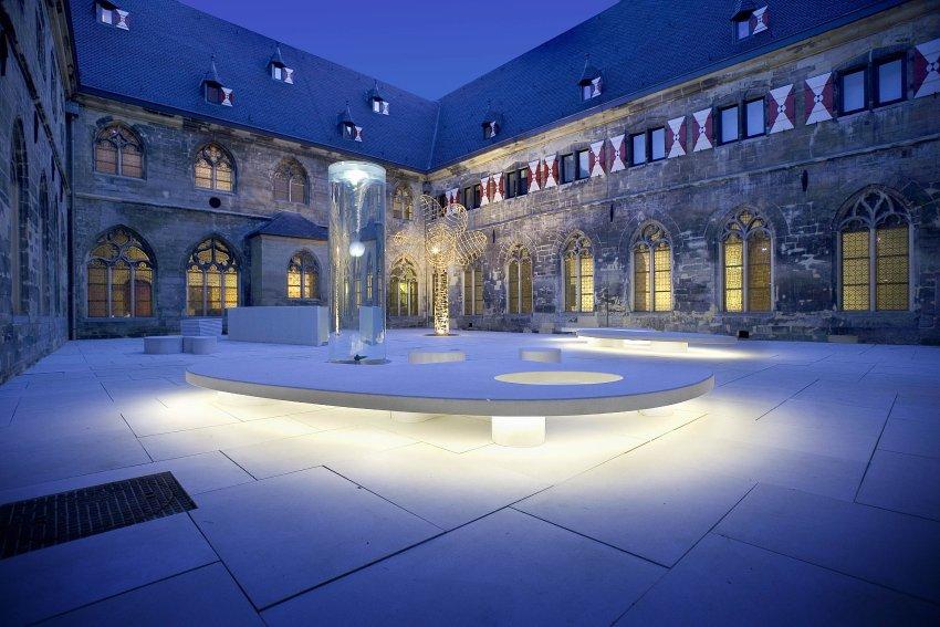 Двор Церкви крестоносцев теперь является входом в отель Kruisherenhotel