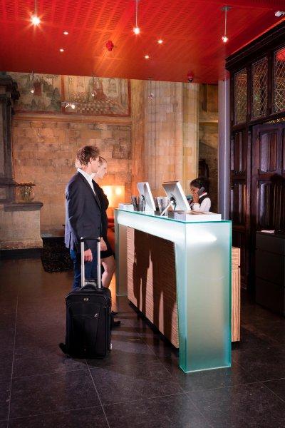 Стойка регистрации отеля на фоне средневековой живописи