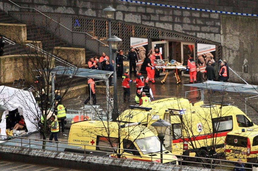 Вокруг площади в Льеже создана зона безопасности, где работают медики и спасатели