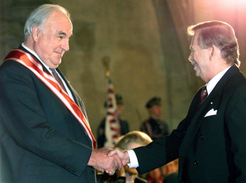 Гавел вручает Гельмуту Колю Орден Белого Льва в 1999 году