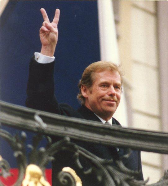 Гавел показывает знак победы после своего первого избрания на пост президента Чехословакии