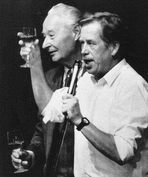 Вацлав Гавел и Александр Дубчек празднуют победу бархатной революции