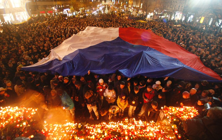 Люди приходят ежедневно на самые памятные места Праги, связанные с именем Вацлава Гавла