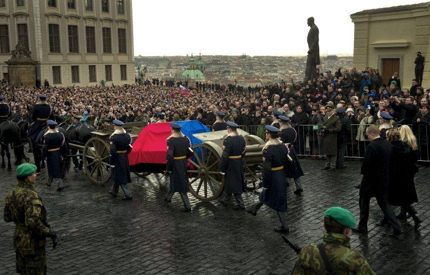Гроб с телом Вацлава Гавла помещен на повозку, запряженную шестеркой вороных коней, как и на похоронах первого Президента Чехословакии Гарика Масарика в 1937 году