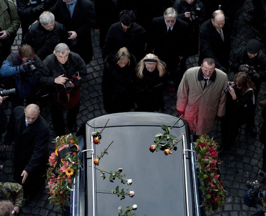 За катафалком следует семья Вацлава Гавла и тысячи людей