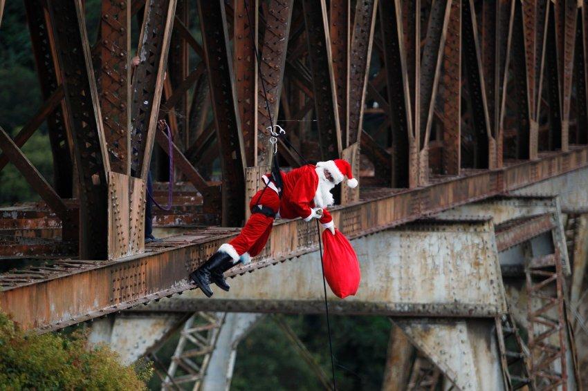 Санта Клаус  доставляет подарки в Гватемале