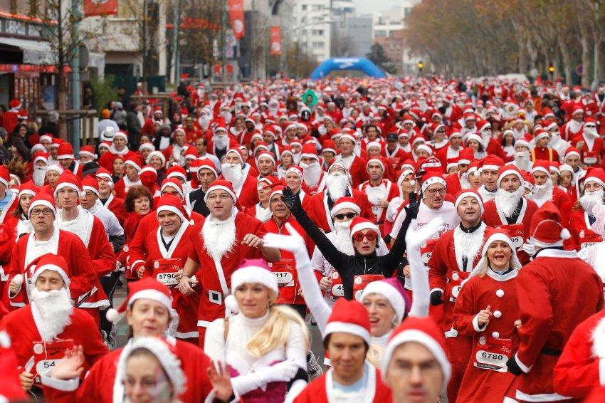 А эти Санта Клаусы устроили марафон недалеко от Парижа