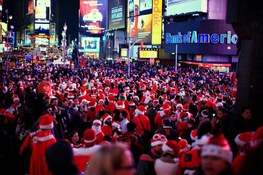 Тысячи Сант на Таймс-сквер в Нью-Йорке