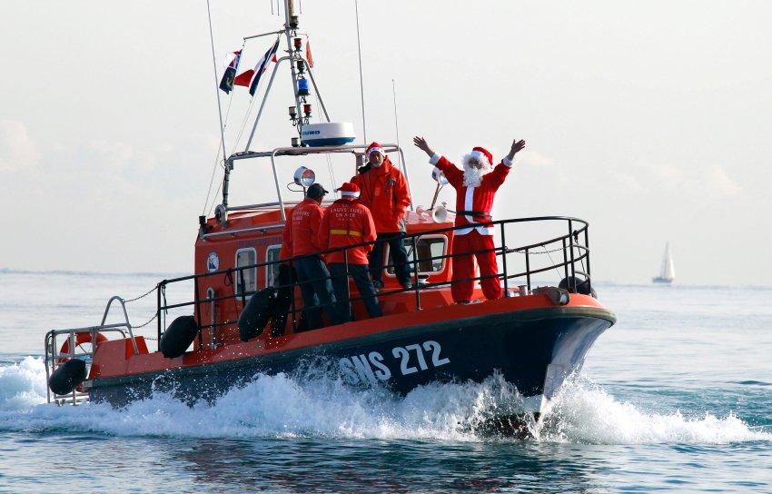 Санта Клаус на катере на юго-востоке Франции
