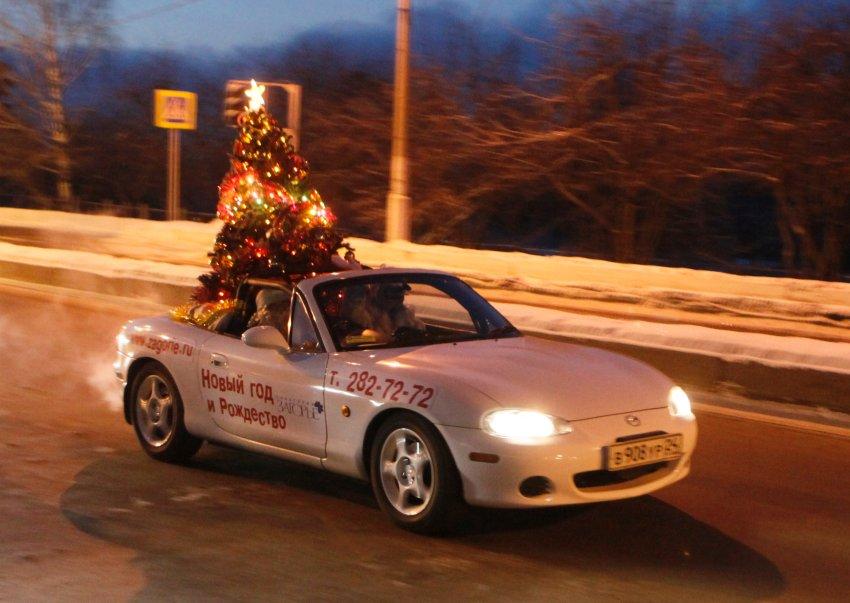 Дед Мороз в кабриолете в Красноярске вместе с наряженной елкой