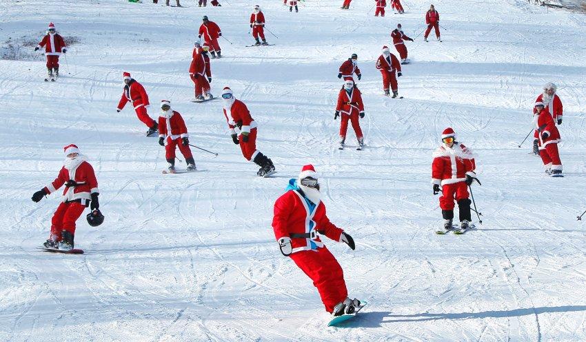 Помощники Санта Клауса спешат на сноубордах в американском штате Мэн