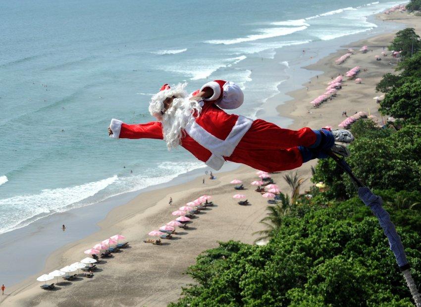 Санта Клаус на пляже Кута, остров Бали