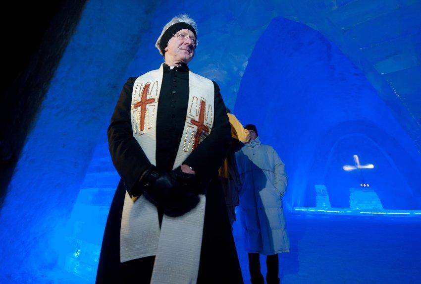 Католический священник благословляет временное жилище Бога