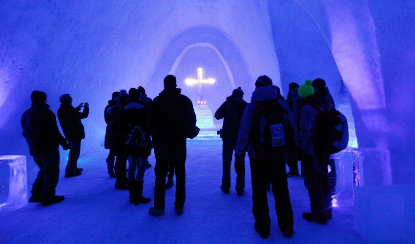 Первые посетители поражаются синим освещением Церкви