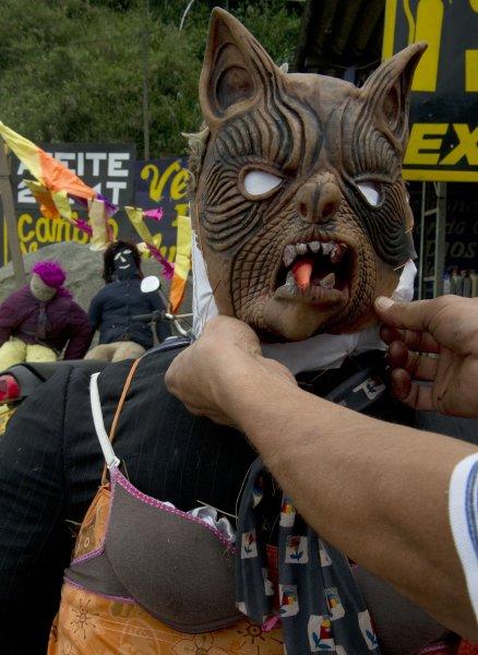 В Колумбии провожают старый год уродливой куклой, которую потом сжигают