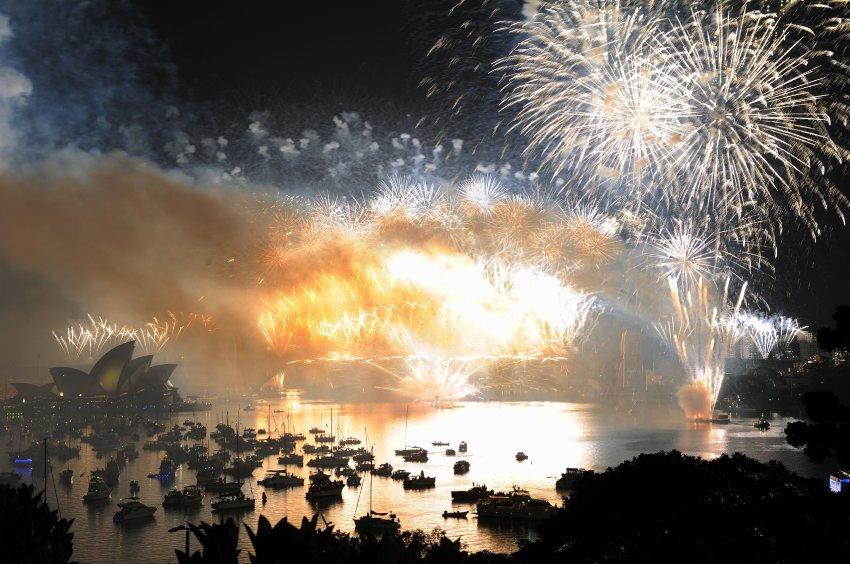 Фейерверк зажгли на семи кораблях, семи высотных зданиях и мосту порта