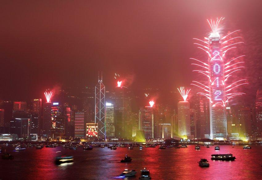 В Гонконге, фейерверк осветил гавань Викторию, 400000 человек были в это время в метрополии