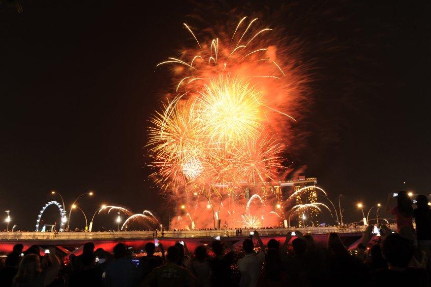 В Сингапуре за фейерверком наблюдали десятки тысяч местных жителей и туристов