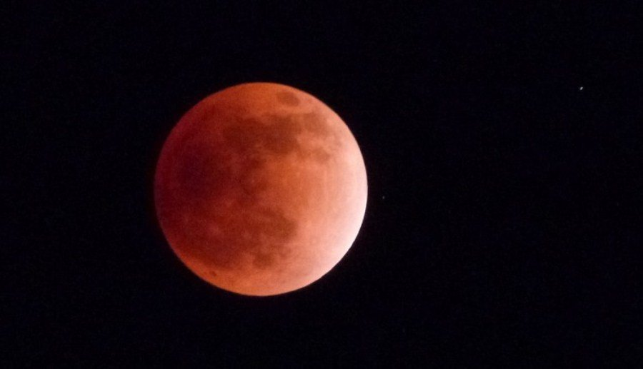 Даниэль Фишер из Германии захватил в кадр красную луну во время поездки по Индии 10 декабря