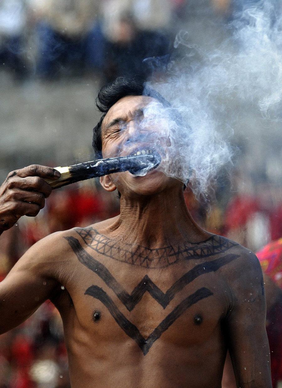 Пожиратель огня на 12-м фестивале Hornbill Kisama в Индии 2 декабря