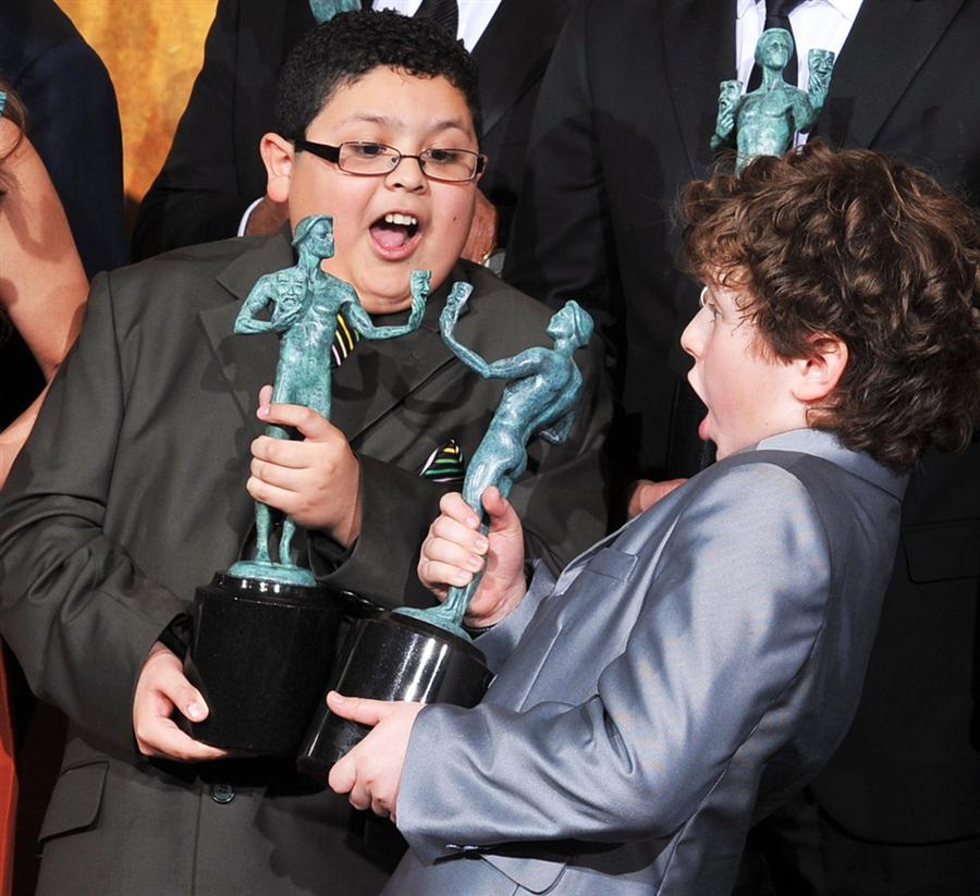 Рико Родригес и Нолан Гоулд со своими призовыми статуэтками в Лос-Анджелесе, 30 января