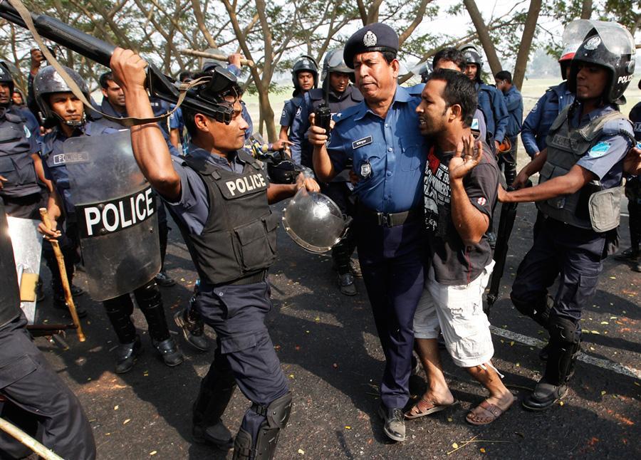 Полицейские избивают демонстрантов в Бангладеш, 31 января