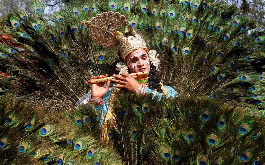 Художник, представляется Богом Кришна на ярмарке ремесел в Индии, 31 января