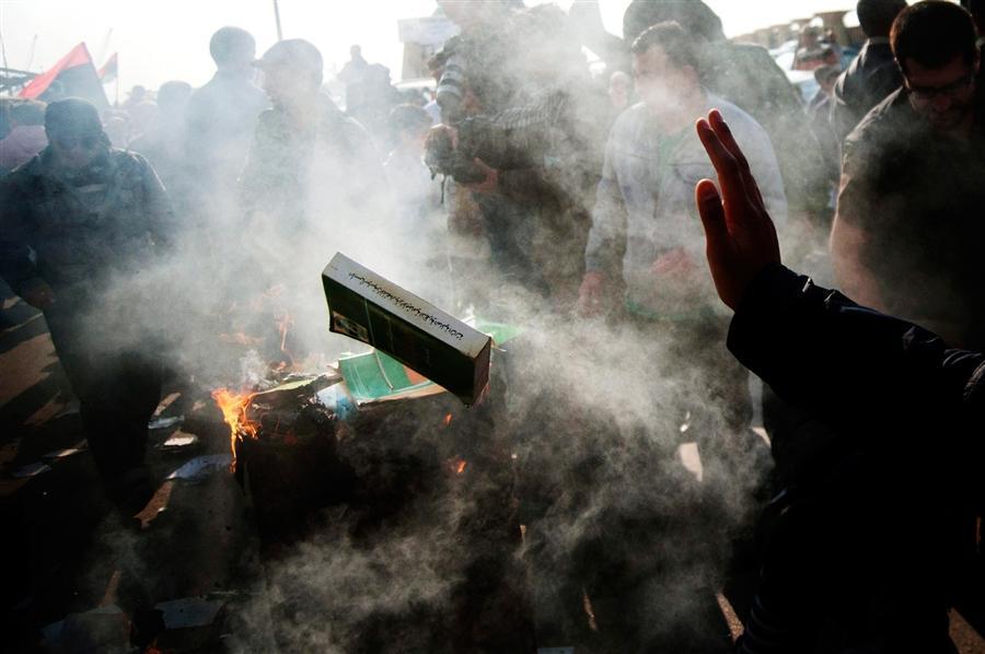 В Бенгази сжигают Зеленую Книгу Каддафи, 2 апреля