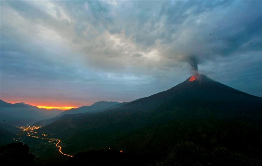 Извержение вулкана в Эквадоре 29 апреля