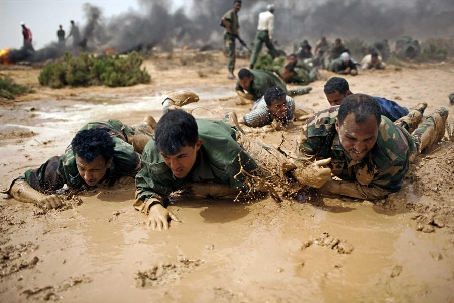 Ливийские добровольцы проходят учения рядом с Бенгази в июне месяце