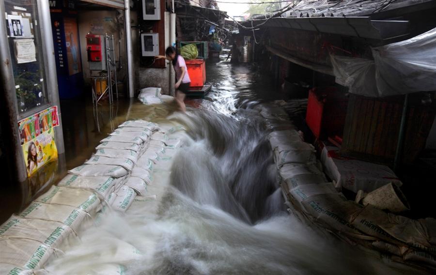 Вода прорвала дамбу и хлынула на улицы Бангкока, октябрь