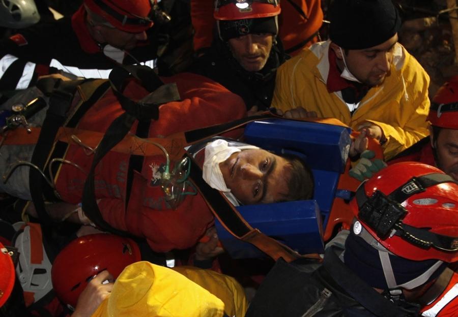 Спасение людей во время землетрясения в Турции, 27 октября