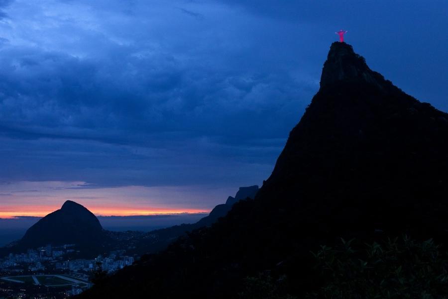 Статуя Христа Искупителя освещена красным светом в честь Дня борьбы со СПИДом в Рио-де-Жанейро 1 декабря