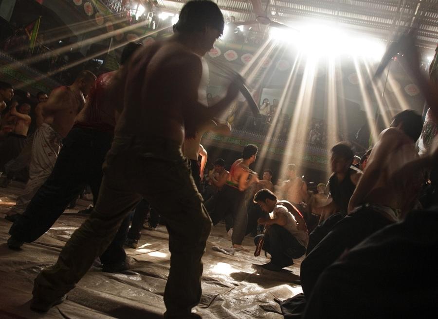 Шиитские мусульмане избивают себя металлическими цепями и палками в День памяти о гибели имама Хусейна, внука пророка Мухаммеда, который был убит в битве Кербеле в седьмом веке, Афганистан 3 декабря