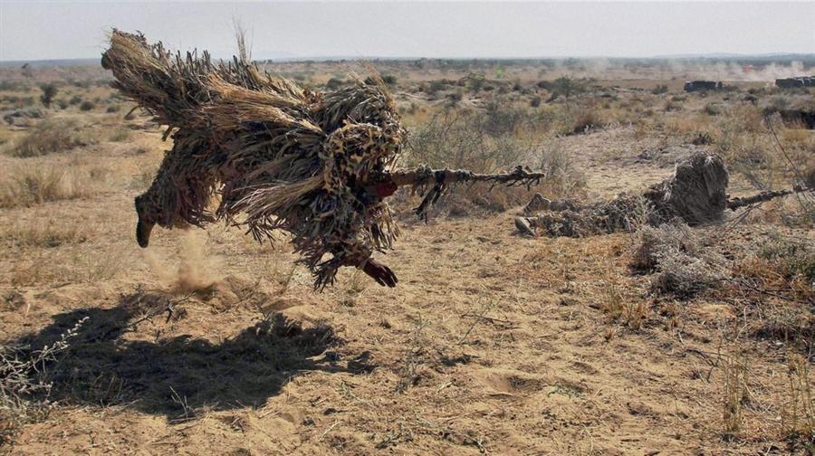 Индийская армия в камуфлированных костюмах принимает участие в учениях Сударшан Шактив пустыне Barmer, Раджастхан, недалеко от границы с Пакистаном, 5 декабря