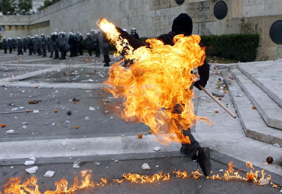 Протесты в Греции на площади Конституции в Афинах. Демонстранты бросали бутылки с зажигательной смесью в полицейских, 6 декабря