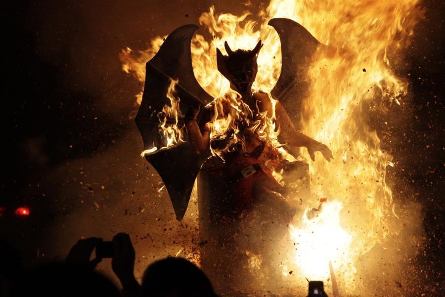 Сжигание Дьявола на церемонии в Антигуа, Гватемала, 7 декабря