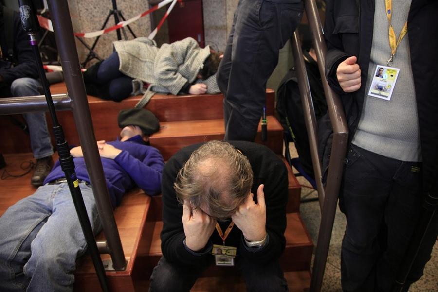Журналисты ждут новостей от встречи глав европейских государств в Брюсселе рано утром в пятницу