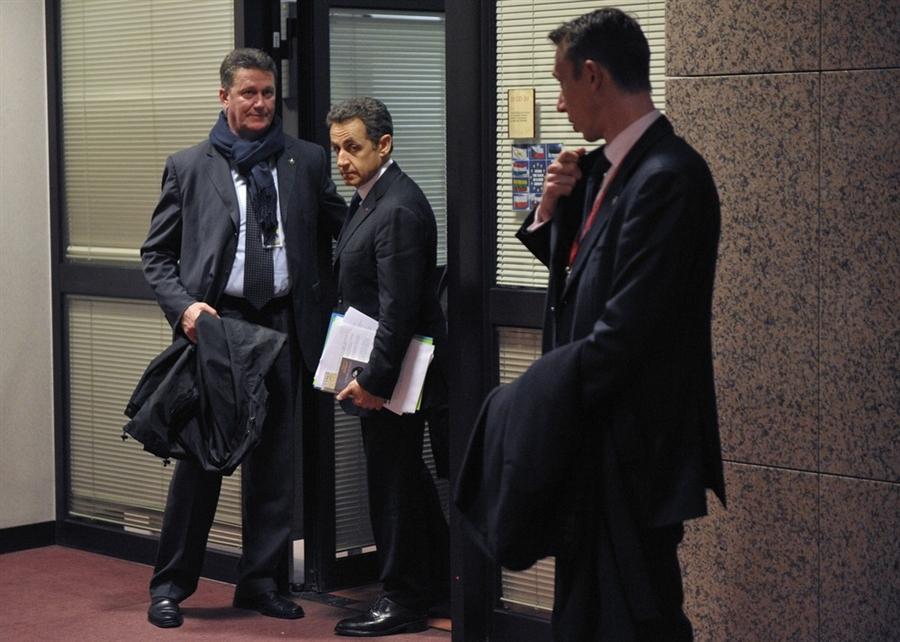 Президент Франции Николя Саркози, окруженный телохранителями перед пресс-конференцией
