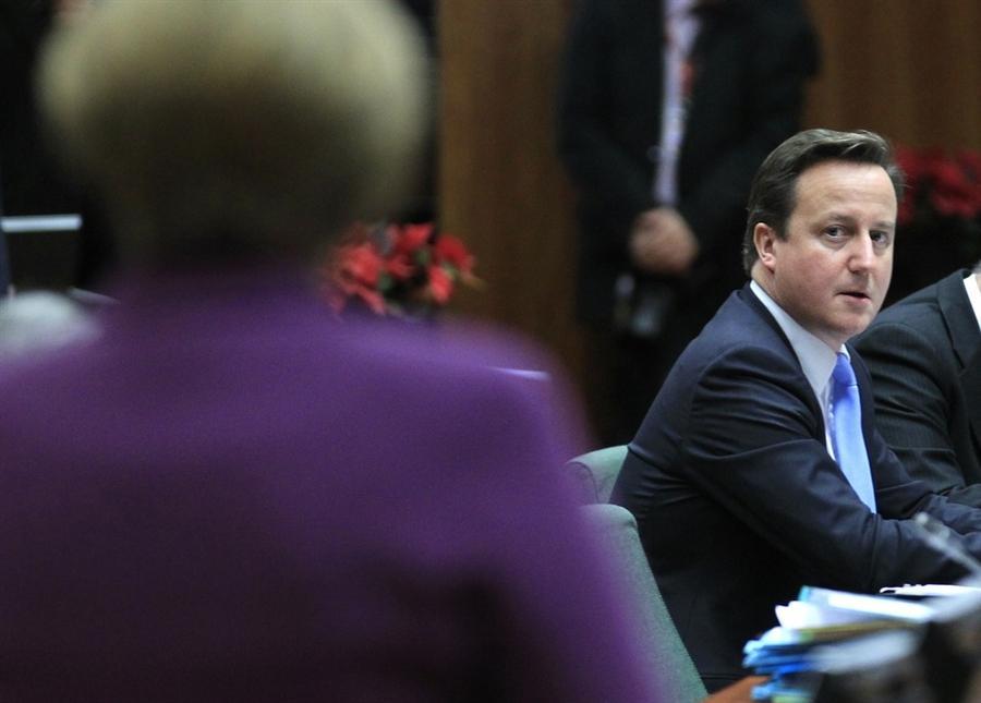 Премьер-министр Великобритании Дэвид Кэмерон смотрит на Канцлера Германии Ангелу Меркель после переговоров