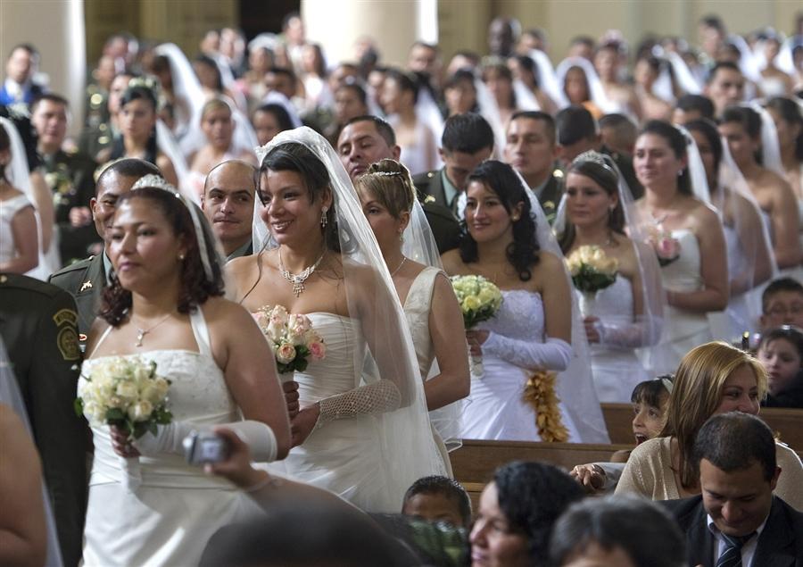 Общая свадебная церемония полицейских в Боготе. 96 пар одновременно вступили в брак 9 декабря