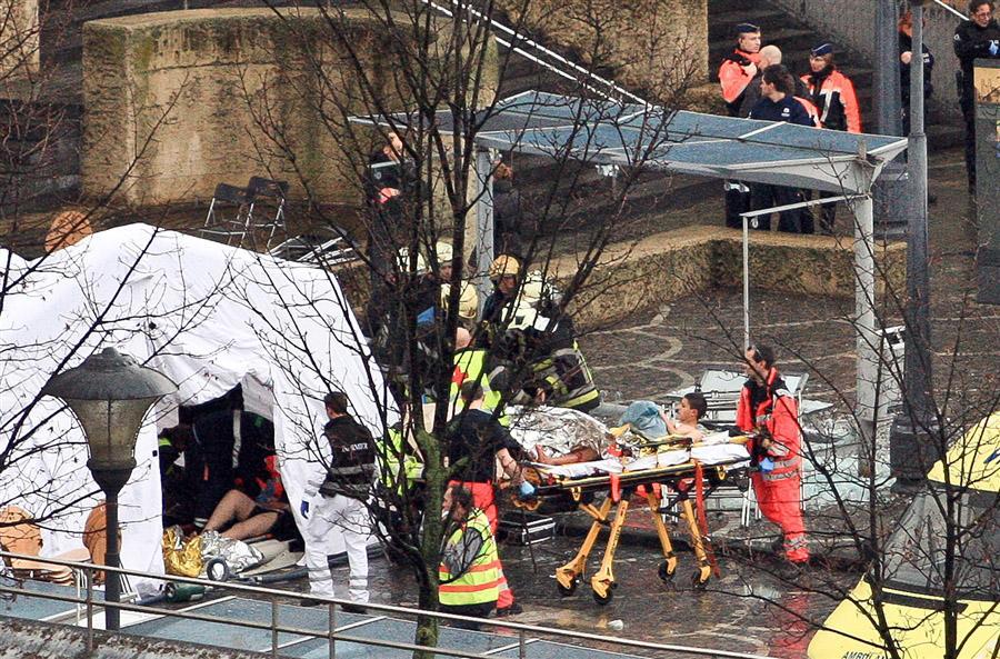 Спасатели эвакуируют раненых на площади Сен Ламберта во время атаки вооруженным мужчиной в бельгийском городе Льеж