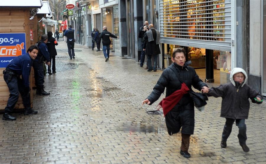 Люди бегут с площади, подальше от кровавой бойни, 13 декабря