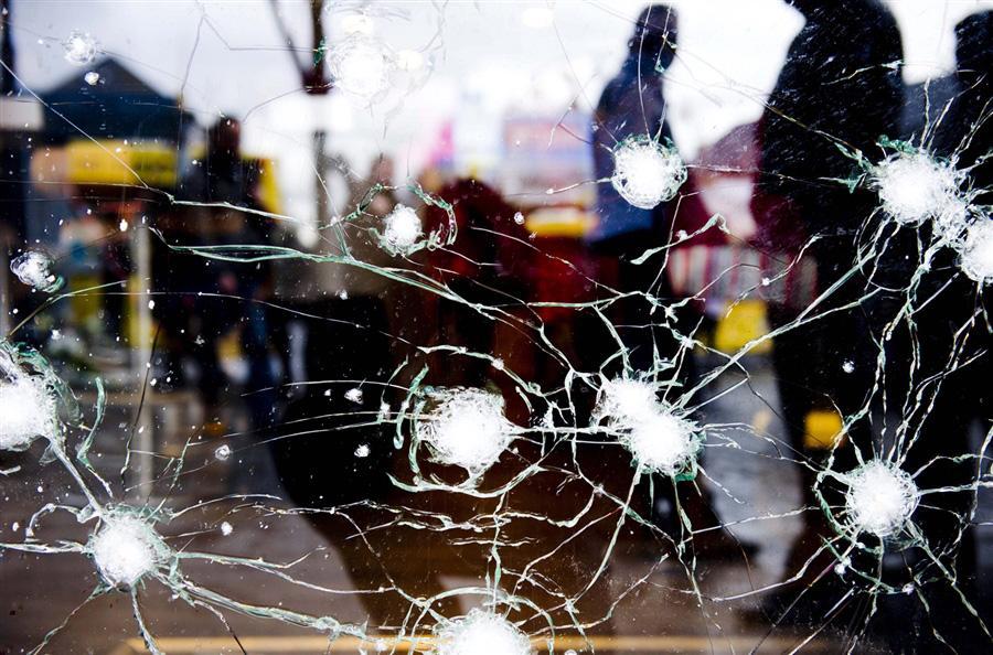 Поврежденные стекла после взрыва гранат