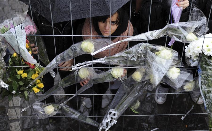 Люди приносят цветы к месту происшествия в Льеже