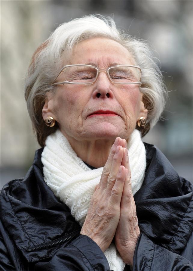 Женщина молится на месте кровавой расправы в центре Льежа 14 декабря